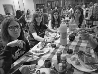 Cenando en la residencia de Huesca